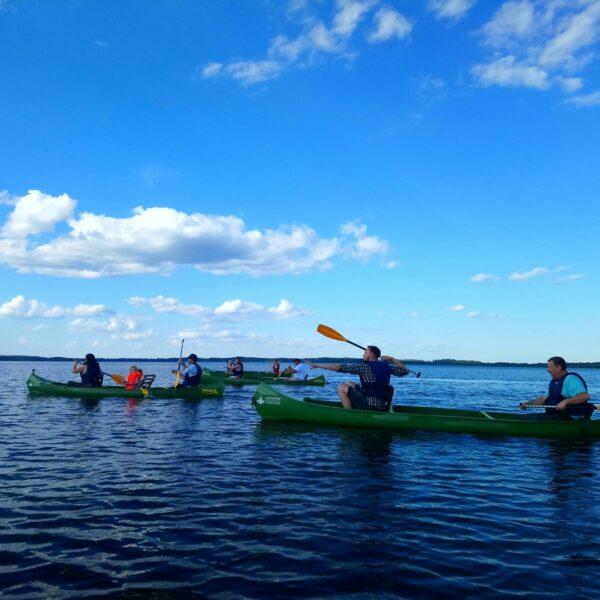 Kanoe laivas ezerā