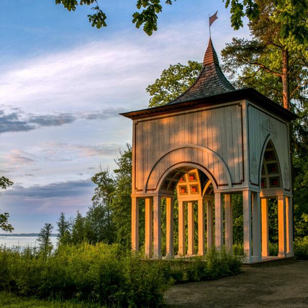 Skats uz Aleksandra paviljonu Alūksnes muižas parkā un Alūksnes ezeru autors Māris Šļivka