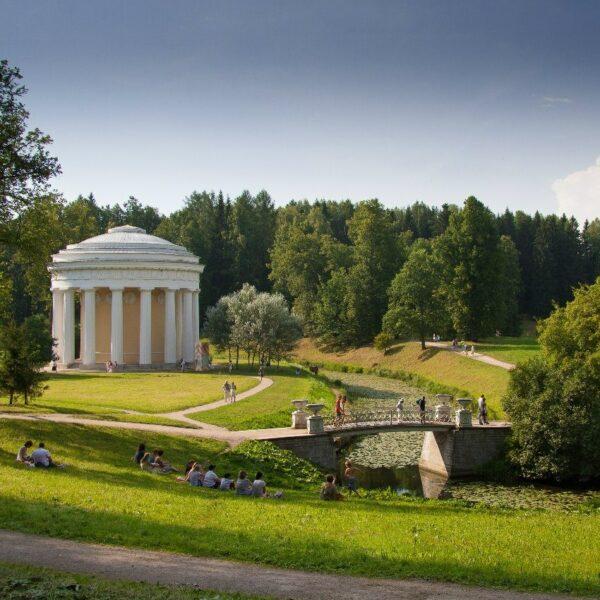 Skats uz Draudzības templi Pavlovskas parkā autors Maksims Ļutijs
